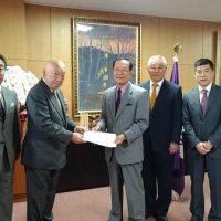 10月2日(金)立川市長を訪ね、障害者団体の要望書を手渡しました。